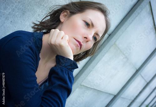 femme dos au mur