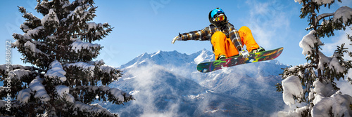 Aluminium Wintersporten snowboarder in the trees
