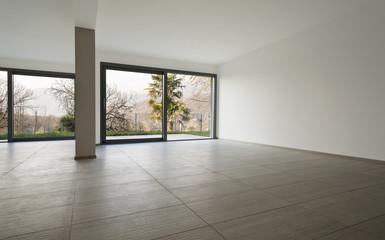 grande spazio vuoto con finestre