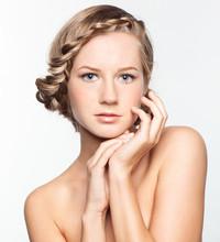 Portrait de jeune femme avec coiffure tresse