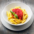 piatto di penne al pomodoro e basilico