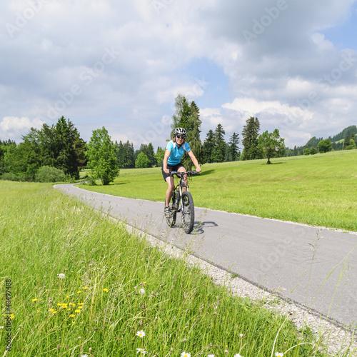 junge Frau mit dem Radl unterwegs
