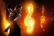 junge tanzende Frau vor Lichterhintergrund