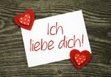 """2 Klebeherzen mit Karte """"Ich liebe dich"""" auf Holzbrett"""