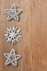 Silberne Sterne auf einem Holzbrett