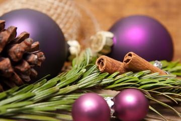 Weihnachtskugeln, Zimtstangen und Tannenzapfen