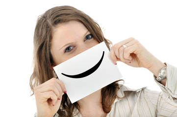 Junge Frau hält Smiley-Schild