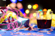 Ambiente de carnaval com bebida em destaque