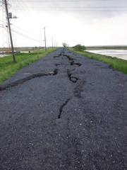 地割れした道路