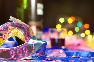 Máscara de carnaval com fundo de festa