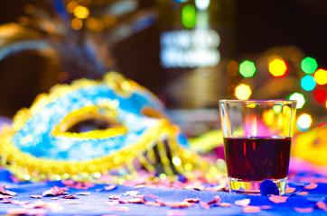 Copo de bebida num fundo de carnaval