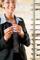 Junge Frau beim Optiker kauft Brille