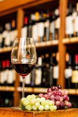 Copa de vino y uvas. Vino tinto.