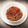 piatto di spaghetti al cioccolato e peperoncino piccante