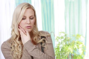 Hübsche Frau mit Zahnschmerzen