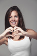 Frau formt ein Herz