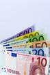 Stehende Euro- Geldscheine vor hellem Hintergrund