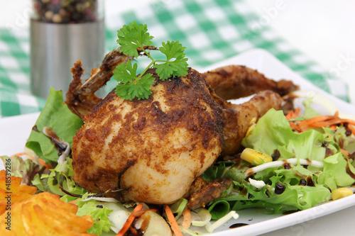 gebratene Wachteln auf Salat