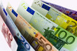 Stehende Euro-Geldscheine auf weißem Hintergrund