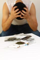 麻薬の乱用で破滅した中毒者