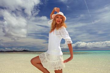 海辺でくつろぐ笑顔の女性