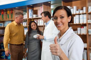 Zufriedene Angestellte in einer Apotheke