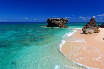 南国沖縄の美しい海と紺碧の空