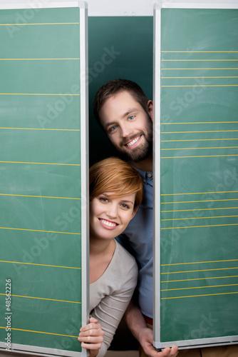zwei studenten hinter der tafel