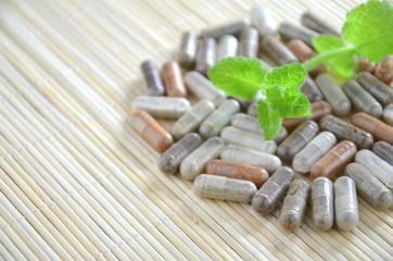 suplementy ziołowe i liście mięty