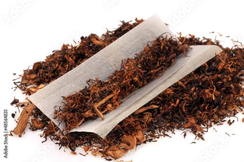 tabac rouler et feuille de cigarette photo libre de droits sur la banque d 39 images fotolia. Black Bedroom Furniture Sets. Home Design Ideas