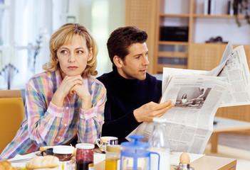 Paar, mißgestimmt beim Frühstück