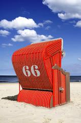 Roter Strandkorb 66 Hochformat