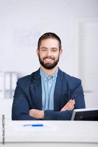 lächelnder kundenbetreuer mit verschränkten armen