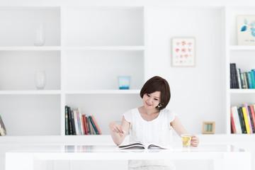 雑誌を読む若い女性
