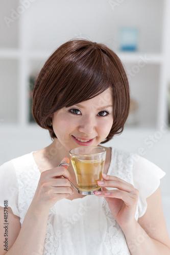 ハーブティーを飲む女の子