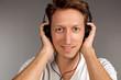 Junger Mann mit Kopfhörern