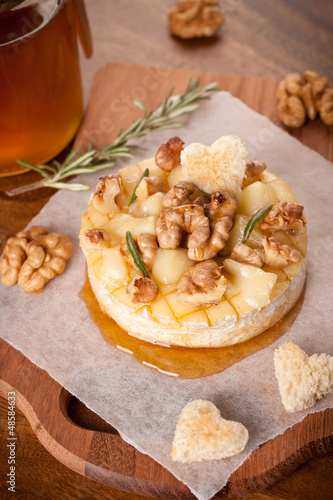 Baked Camembert with walnuts and honey