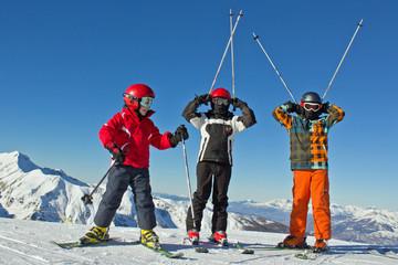 3 jeunes skieurs