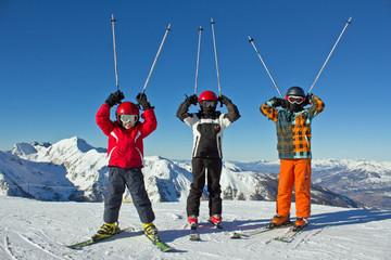 3 jeunes skieurs sur les pistes