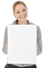 Junge Frau in grauem Freizeitanzug hält leeres Schild