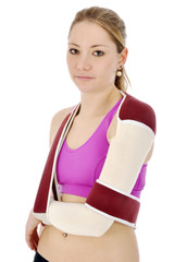 Junge Frau trägt Armbandage