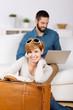 junges paar bucht reise im internet