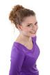 Strahlende junge Frau in Violett isoliert