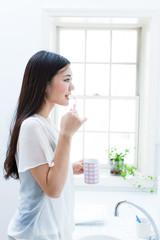 歯を磨く女の子