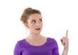 Junge Frau deutet auf etwas hin - violett