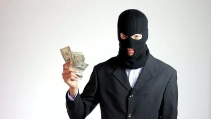 ladro incappucciato con soldi