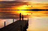 madre e hijo disfrutando de la puesta de sol