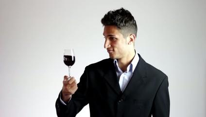 degustazione vino rosso con calice