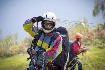pilota di parapendio si prepara al decollo