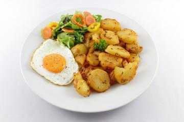 Potatoes with egg and salad – Bratkartoffeln mit Ei und Salat